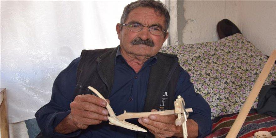 Eski tarım aletlerini yeni nesillere maketleriyle tanıtıyor