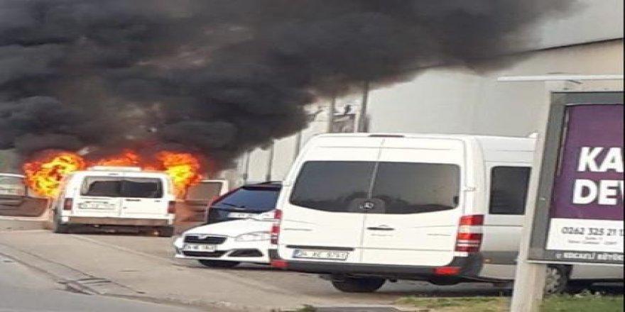 İzmit'te araç,  yandı