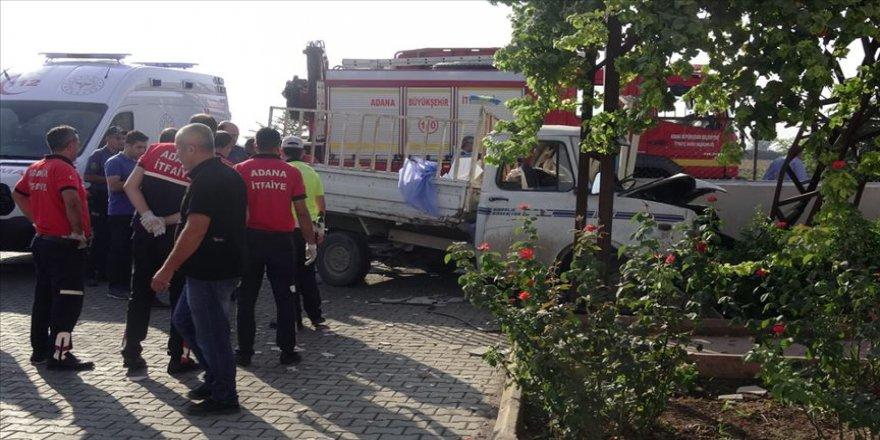 Adana'da kamyonet duvara çarptı: 3 ölü, 1 yaralı