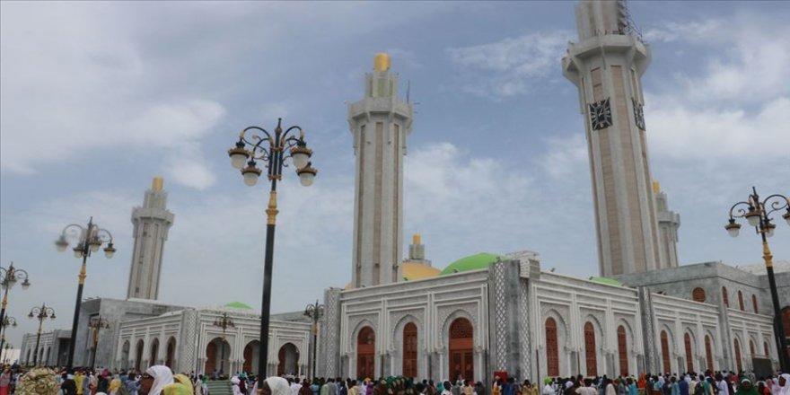 Batı Afrika'nın en büyük camisi ibadete açıldı