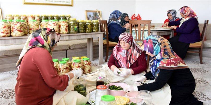 Turşu bidonları yoksul öğrenciler için doluyor
