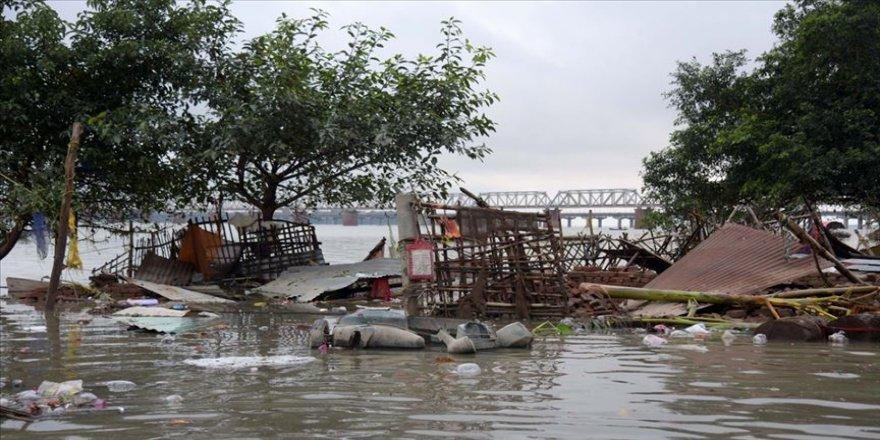 Hindistan'da şiddetli yağışlar etkisini sürdürüyor