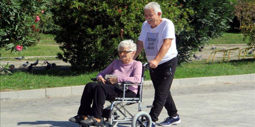 Mutlu şehrin yaşlılarının huzurlu yaşamı