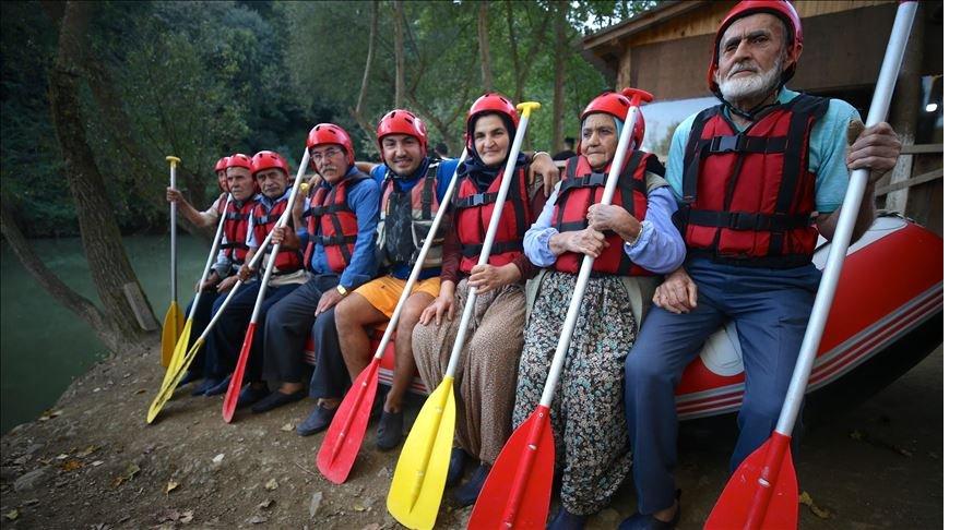 Dede ve ninelerin rafting heyecanı