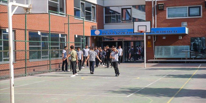 Hasarlı okulların öğrencileri geçici okullarda derse başladı