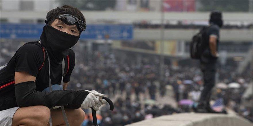 Hong Kong'da bir gösterici gerçek mermiyle yaralandı