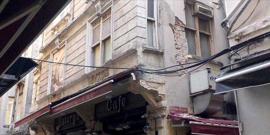 Beyoğlu'nda binada çökme tehlikesi
