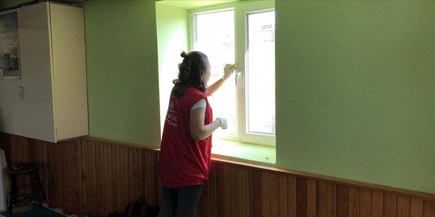 Gönüllü gençler cami temizliğinde buluştu