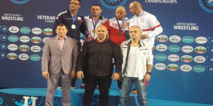 Veteran güreşçilerden çifte dünya şampiyonluğu