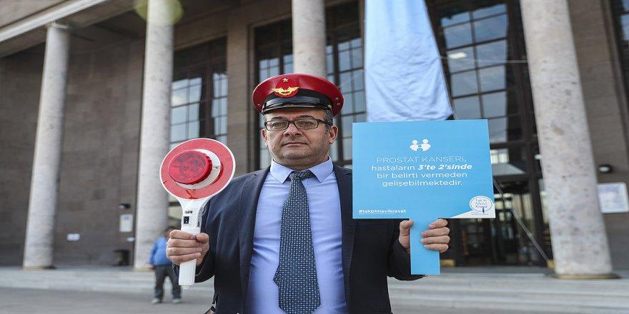 Ankara Garı'na asılan mavi kravatla prostat kanserine dikkat çekildi