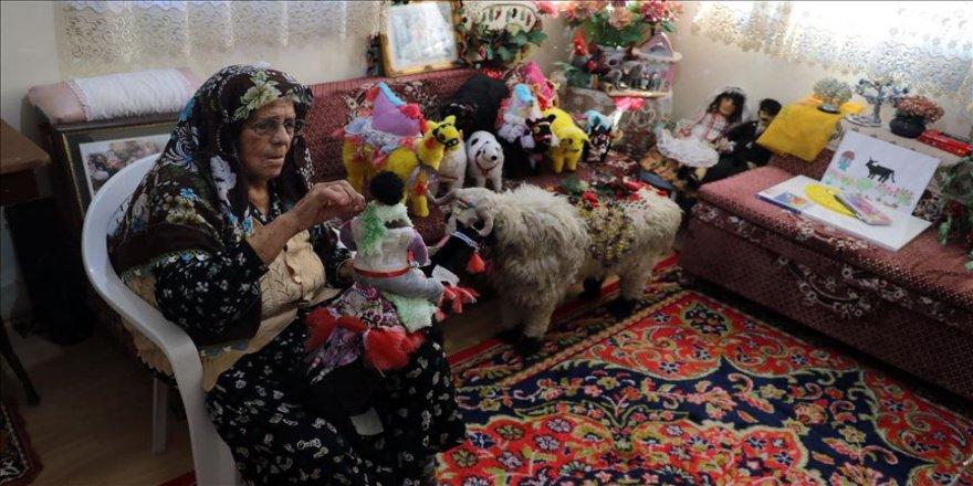 90'lık Fatma nine bez parçalarından oyuncak yaparak geçiniyor
