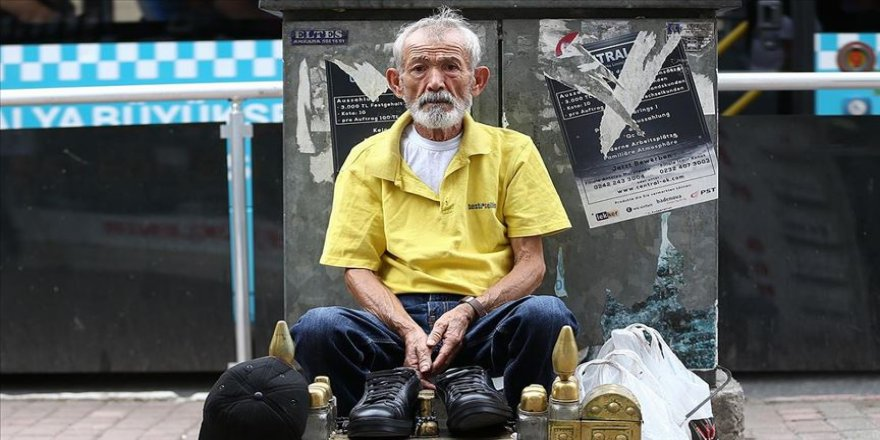 Akranları torun severken Mustafa dede ayakkabı boyuyor