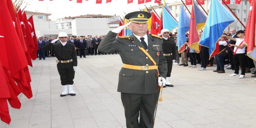 İlçe protokolü Atatürk Anıtına çelenk sundu