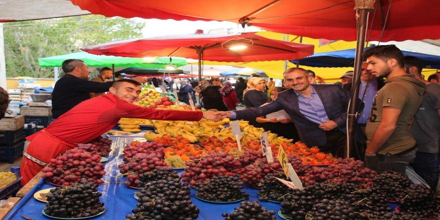 Başkan çarşamba pazarını gezdi