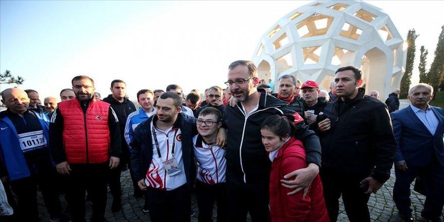Bakan Kasapoğlu ve milli sporcular 15 Temmuz Şehitler Anıtı'nı ziyaret etti