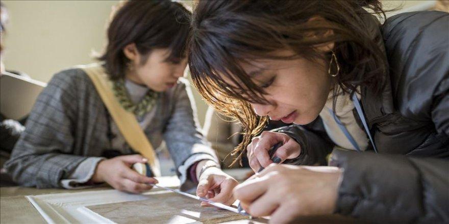 Japon öğrencilerden saray kapısına rölöve