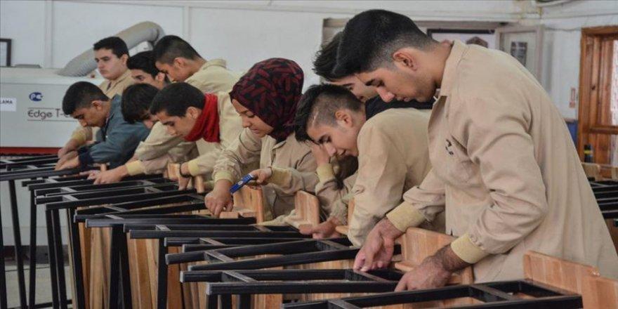 Okulların sıra ve masaları öğrencilerden