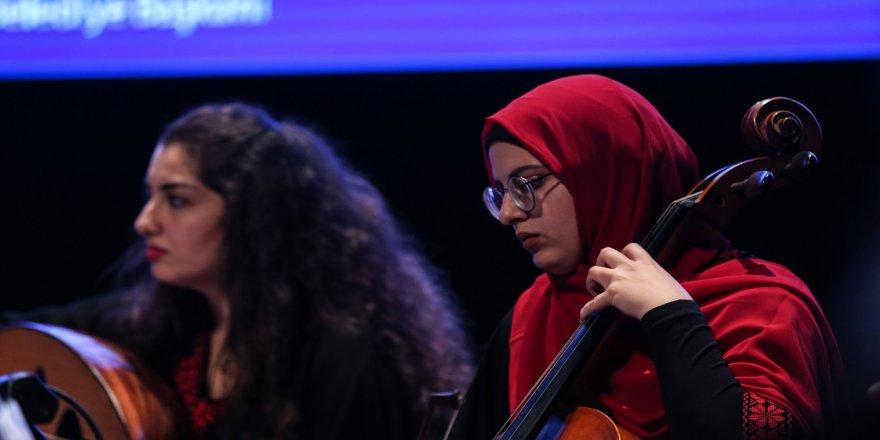 Filistinli gençler 'kardeşlik ezgileri' seslendirdi