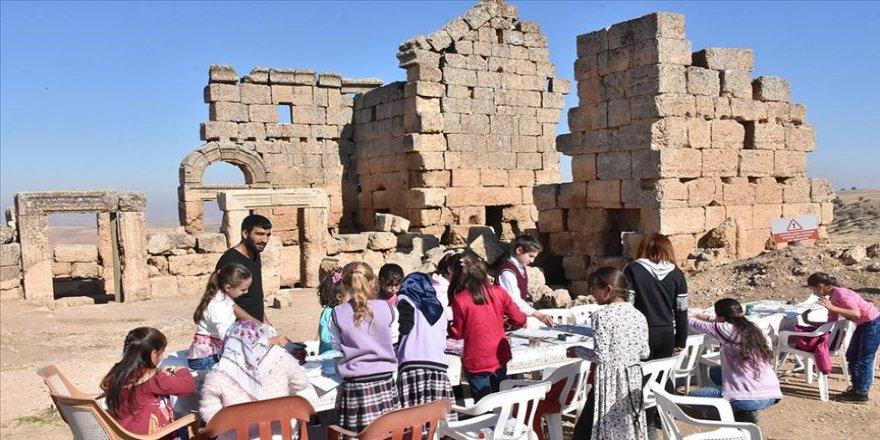 Öğrenciler tarihi 3 bin yıllık Zerzevan Kalesi'nde öğreniyor