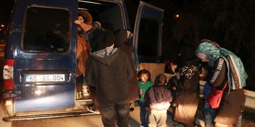 Polisin 'dur' ihtarına uymayan minibüsten 30 düzensiz göçmen çıktı