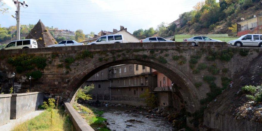 Bitlis'te tarihi köprüler eski görkemine kavuşturuluyor