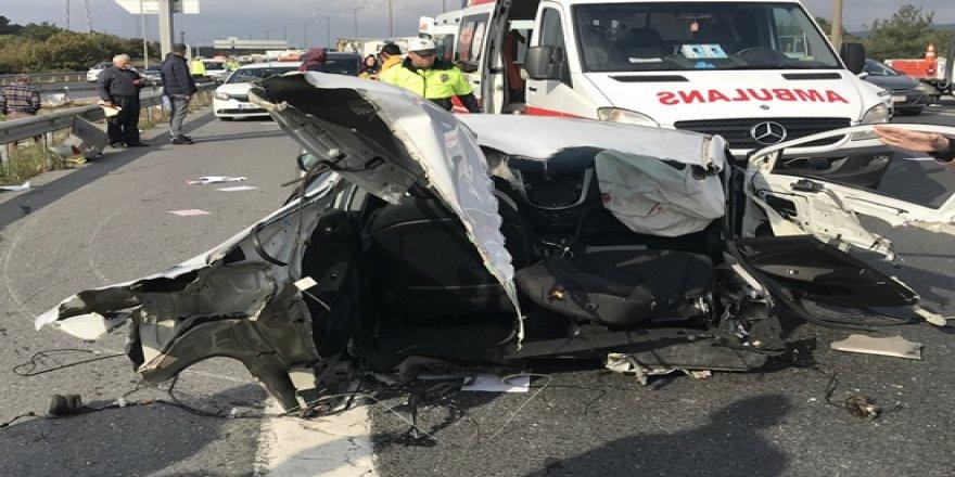 Otomobil bariyerlere çarparak parçalandı:1 ölü 2 yaralı