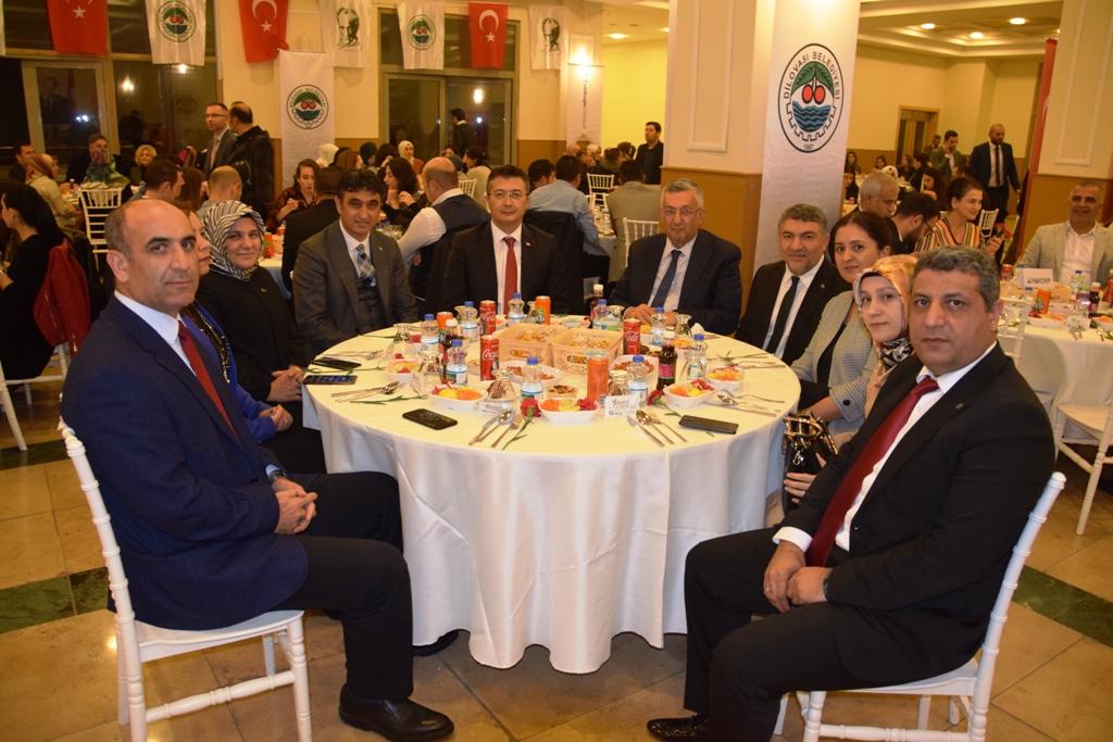 Dilovası Belediye Başkanı Şayir, öğretmenleri yemekte ağırladı