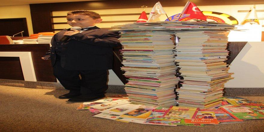 Dört ayda 1053 kitap okuyan rekortmen çocuk başarısını annesine borçlu