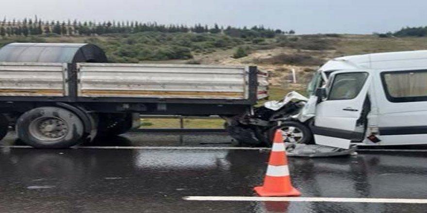 İşçi servisi ile TIR çarpıştı ! Feci kazada 7 kişi yaralandı