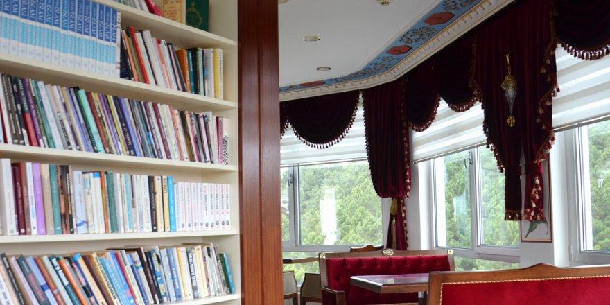 İstanbul manzaralı minareli kütüphane