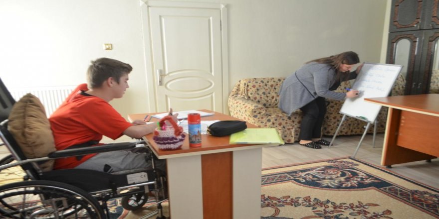 Kas hastası Ferhat 'ayağına gelen okul'la derslerinden geri kalmıyor