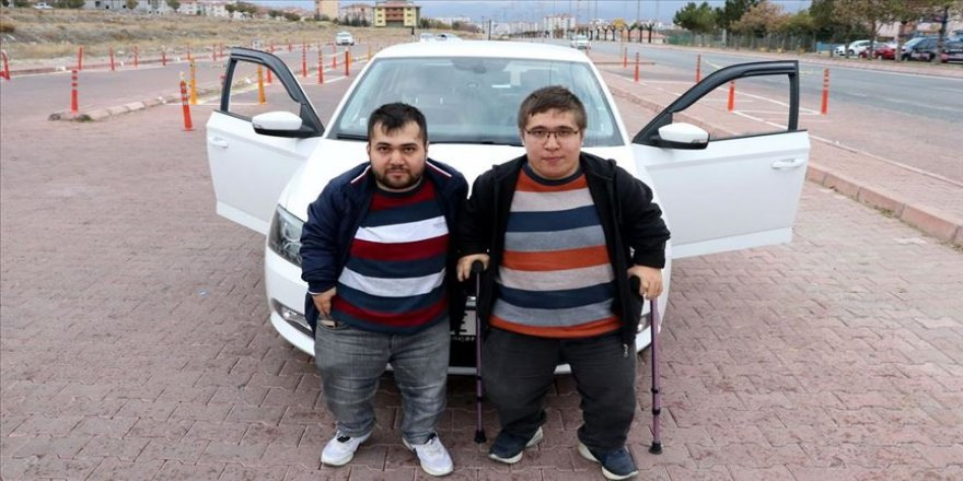 Engelli kardeşler hayalini kurdukları ehliyetlerine kavuştu
