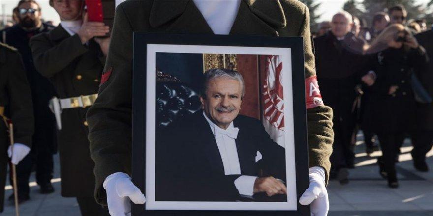 Siyasetin ağabeyisi İsmet Sezgin'in vefatının 3. yılı