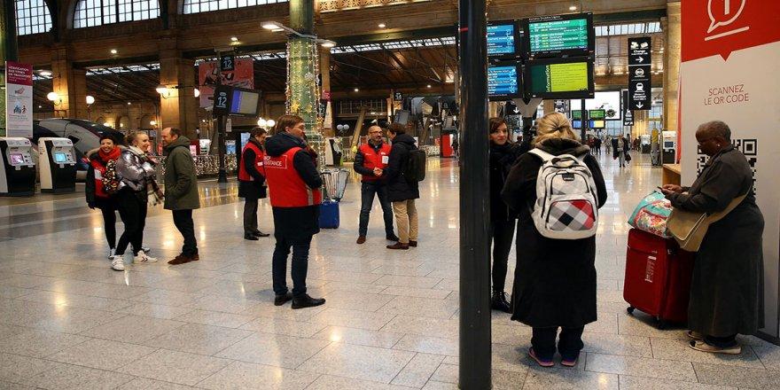 Fransa'da grevler hayatı durma noktasına getirdi