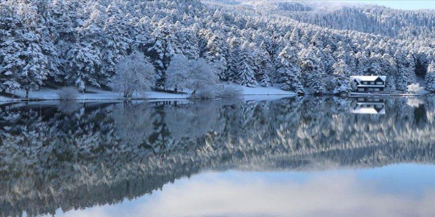 Beyaz örtüyle kaplanan Gölcük Tabiat Parkı büyülüyor