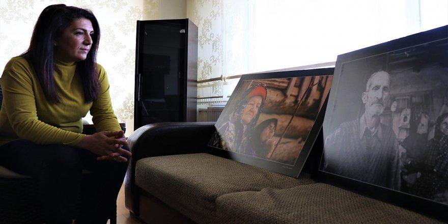 Hemşire Şenay kadrajına giren yaşlıları fotoğraflarıyla mutlu ediyor