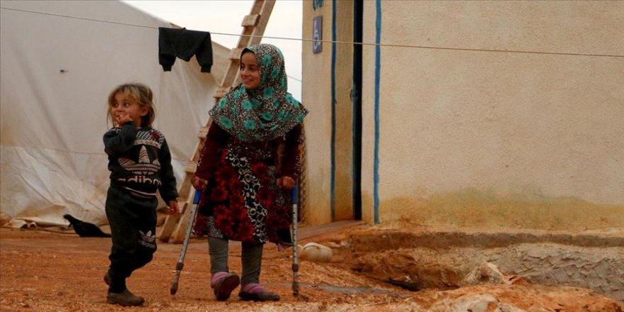 Türkiye'de protez bacaklarına kavuşan Suriyeli Maya, okuluna yürüyerek gidiyor