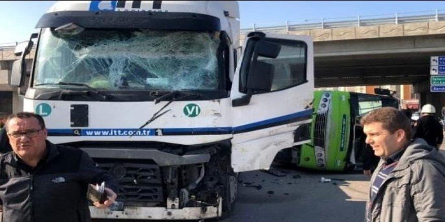 Kimyasal yüklü tankerin halk otobüsünü devirmesi sonucu 25 kişi yaralandı