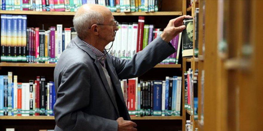 'Kitap kurdu' Abdullah amca huzurevi ile kütüphane arasında mekik dokuyor