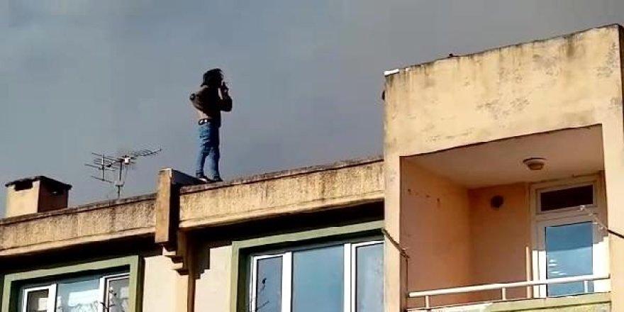 Çatıdaki yangın söndürülürken sigara içti