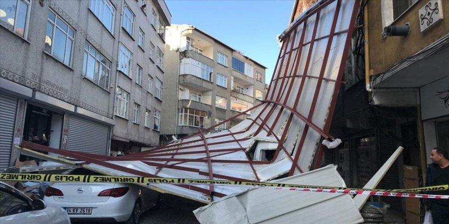 Beyoğlu'nda lodosun etkisiyle bir binanın çatısı uçtu