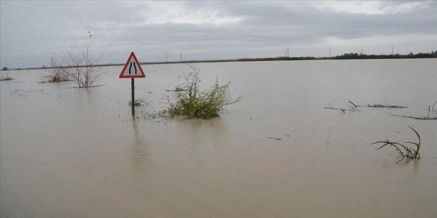 Adana'da sel Kozan-Ceyhan yolunu kapattı