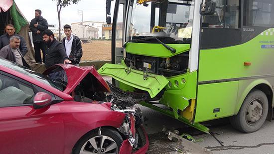 Darıca'da trafik kazası ! Karşı şeride geçerek halk otobüsüne çarptı