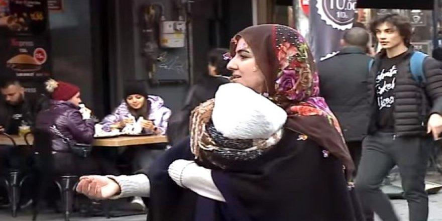 Dilenci kılığına giren CNN Türk muhabirine sosyal medyada yorum yağdı: Ben de dileneceğim!