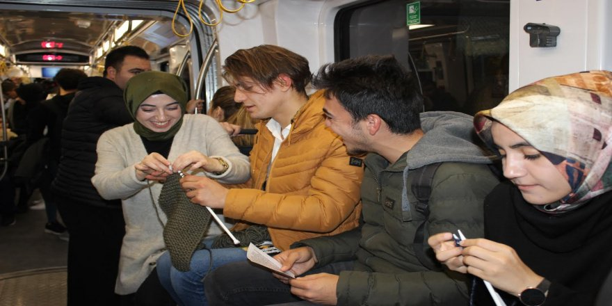 Farkındalık için tramvayda örgü ördüler