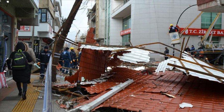 Çanakkale'de fırtına apartmanın çatısını uçurdu