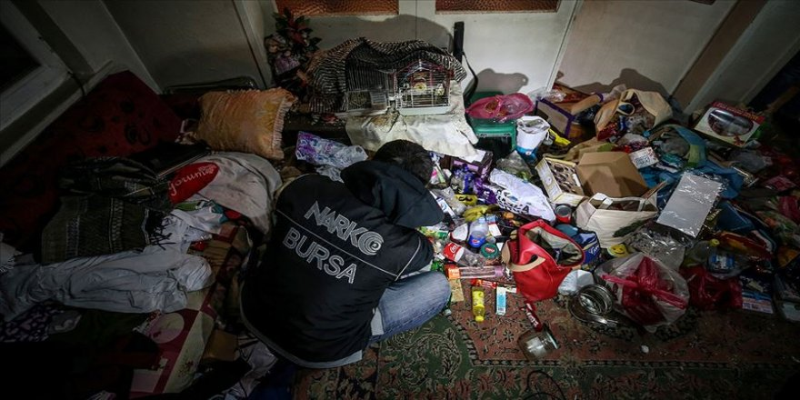 Bursa'da 'şafak operasyonu'nda arama yapılan çöp evden uyuşturucu çıktı