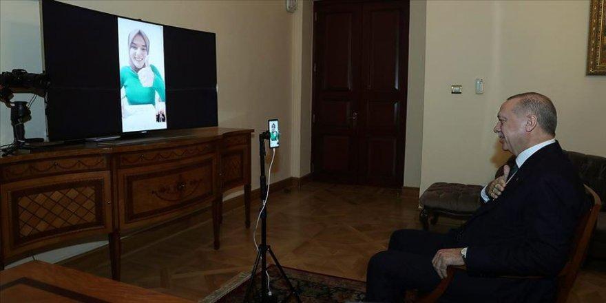Cumhurbaşkanı Erdoğan bilgi yarışmasına katılan konuşma engelli Gülsüm ile görüştü