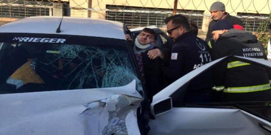 Trafik kazasında sürücü araç içerisinde sıkıştı