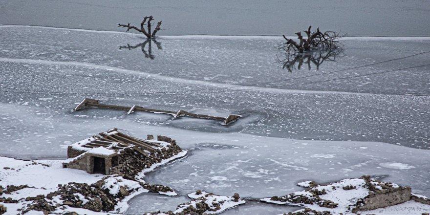 Baraj suları çekilince görünen eski köy fotoğrafçıların ilgi odağı oldu